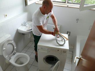 Sicherung von Kabeln und Schläuchen bei der Waschmaschine